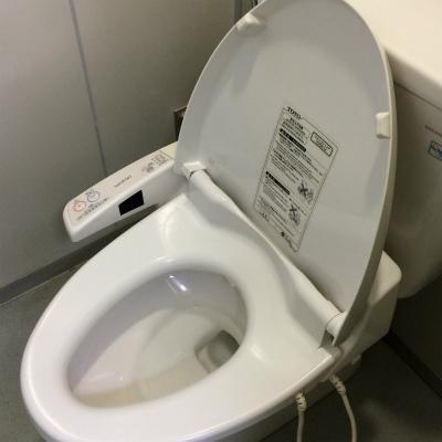 気になるオフィストイレの便座 「空気椅子で用を足す」女性も