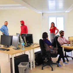 オフィスで働くスタッフたち