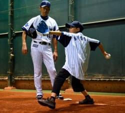 三浦大輔投手(左)とブルペンで、「夢のエースピッチャー体験」