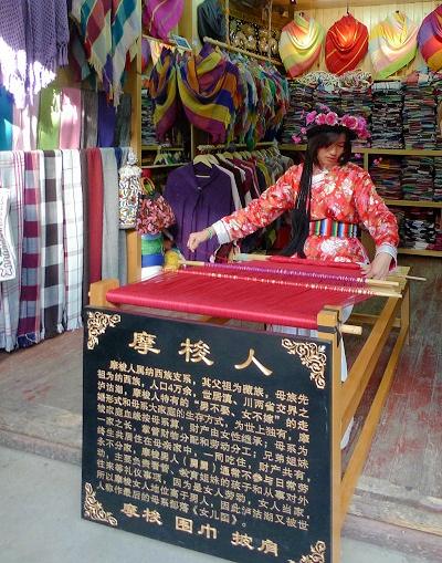 女性が働き「父親」という文字すらない――中国・モソ族は「女性最強国家」