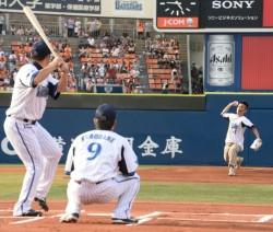柳沢慎吾さん(右)の「勝祭」始球式(C)YDB