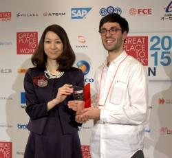 GPTW日本代表の岡元利奈子氏(左)と、グーグルのシルバ・ダニエル氏(右)