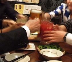 乾杯の仕方にも文化の違いが