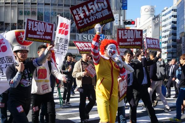 アルバイトの時給を1500円に引き上げろ! 東京・渋谷センター街で「ファストフード世界同時アクション」