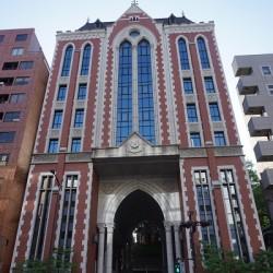 中田さんの母校、慶応義塾大学三田キャンパスの東門