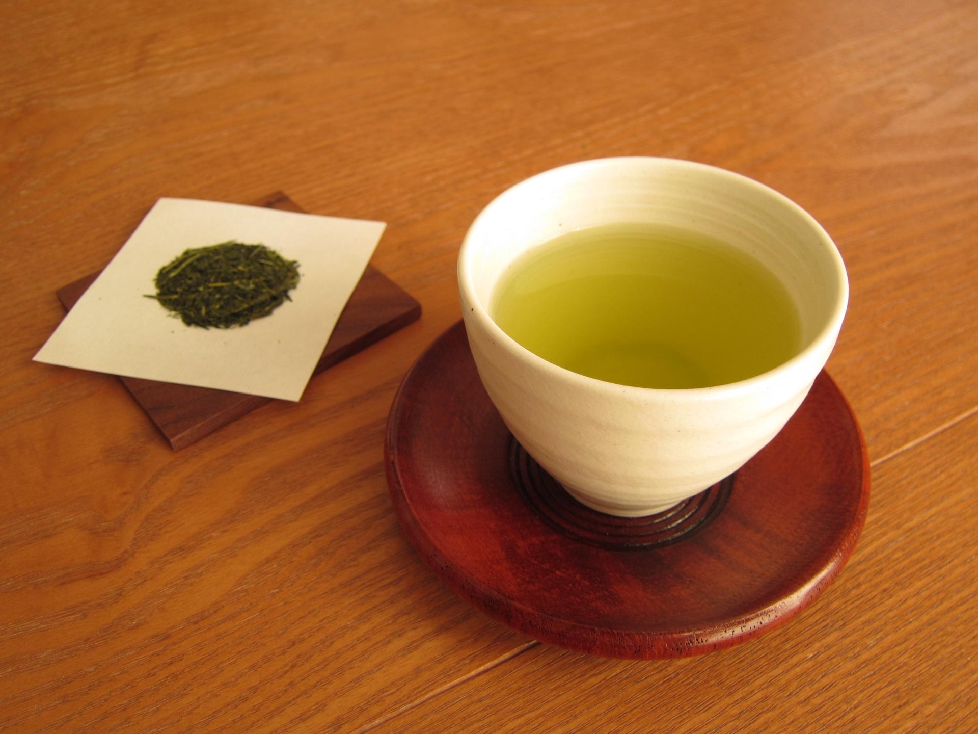新入社員が顔面蒼白! 取引先でお茶を飲んだら「相手の条件を全部飲む」という意味?