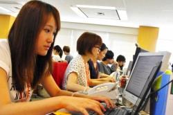 顧客対応を行うコールセンターの中国人女性