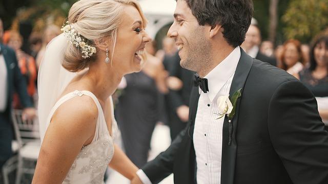SNSで幸せそうな写真を見せつけられる「婚テロ」 20代独身女性の約3割が被害に