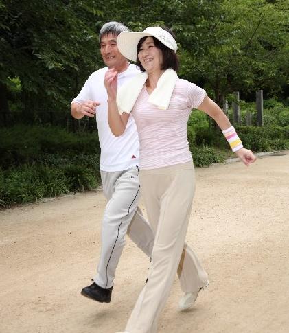 認知症予防の新キーワードは「早歩き」! 週3回1時間歩くだけでも脳のネットワークに変化が