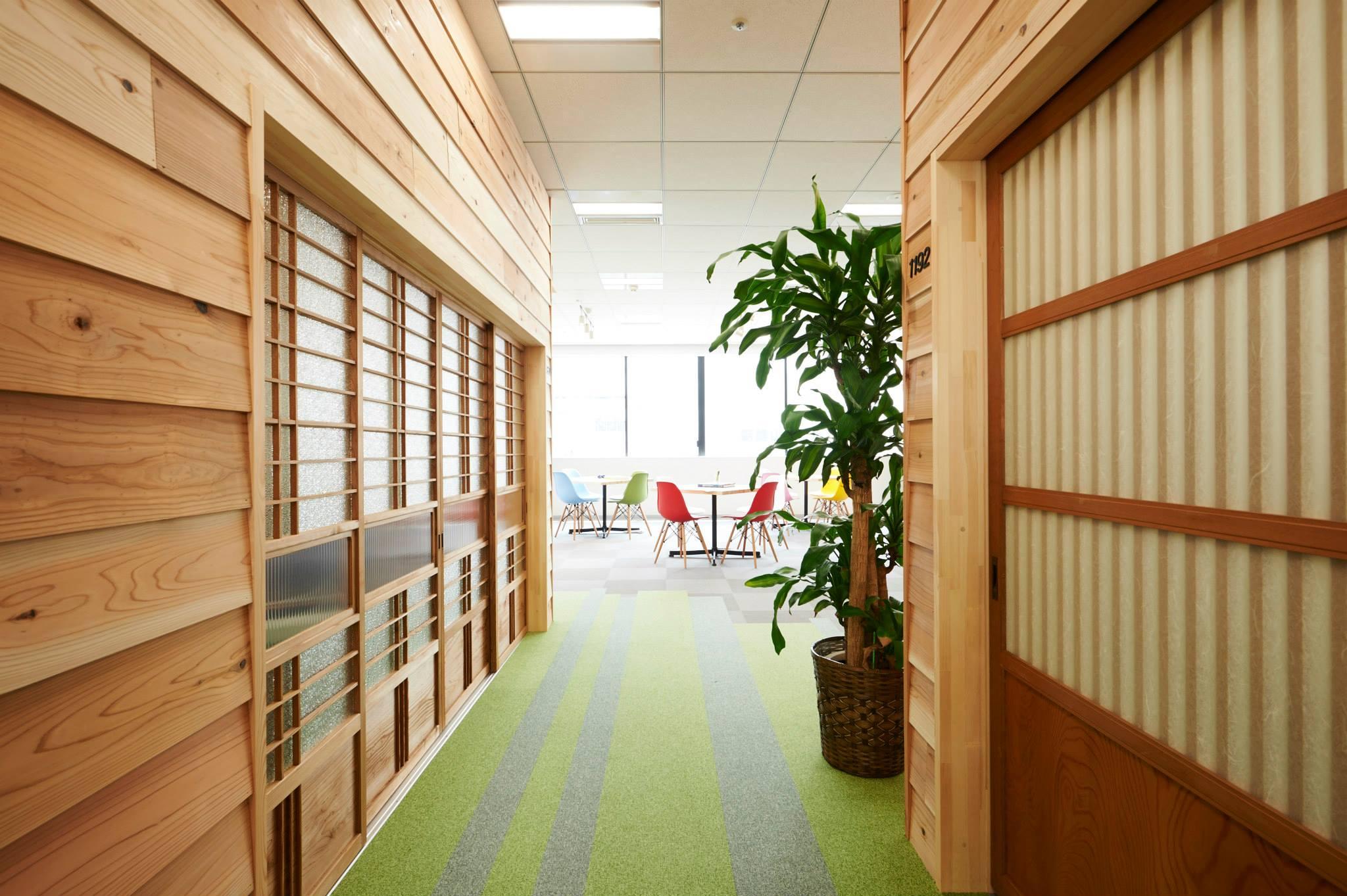 会議室「離れ」の扉にはすべて古材家具を使用