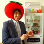トマトのかぶりものをかぶる川岸氏