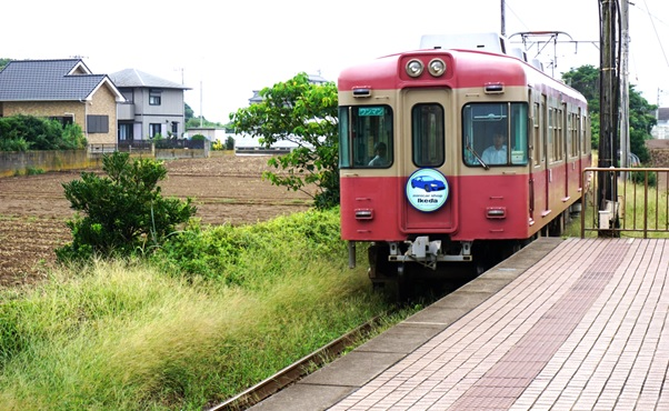 駅に到着する電車