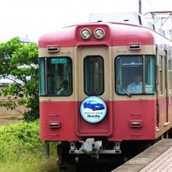 駅へと進む電車