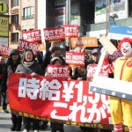 70人が集まり、最低賃金引上げを訴えた