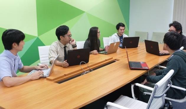 フィリピン支社で現地スタッフとの打ち合わせ。外国の方とのコミュニケーション能力が問われます