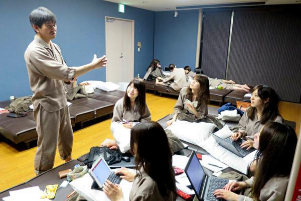 講師の栗田さんも指導に回る