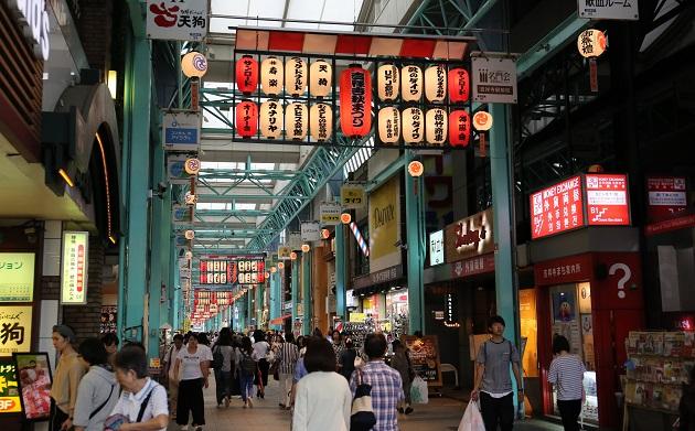 吉祥寺サンロード商店街はダイヤ街に比べ広めのアーケード。全体的に建物も大きい