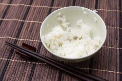 茶碗に米粒を残すことをどう思いますか?