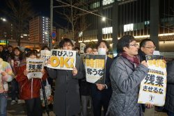 経団連会館前の歩道は参加者で溢れた