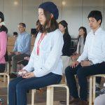 「感じる呼吸」に意識を集中する参加者たち