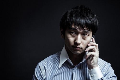 繰り返し電話をすることで発信ができないようにする。