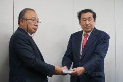 UAゼンセンの藤吉大輔副会長(左)と、厚労省の宮川晃雇用環境・均等局長(右)