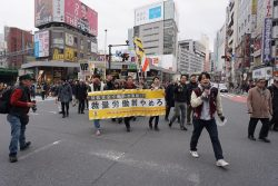 新宿を練り歩くデモ隊