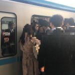 次々乗り込む乗車客(人物にはモザイクをかけています)