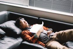 疲れ果てて椅子で爆睡