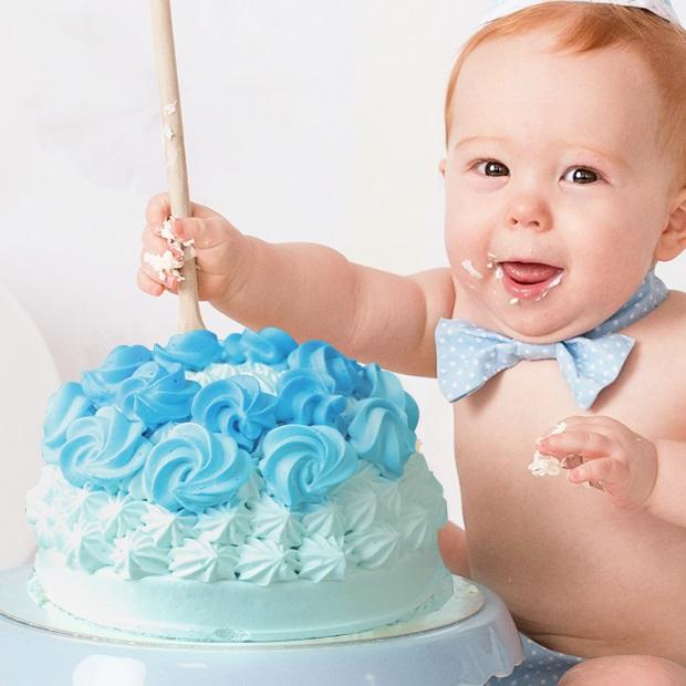 1歳の誕生日に手づかみでケーキを食べる「スマッシュケーキ」が話題に