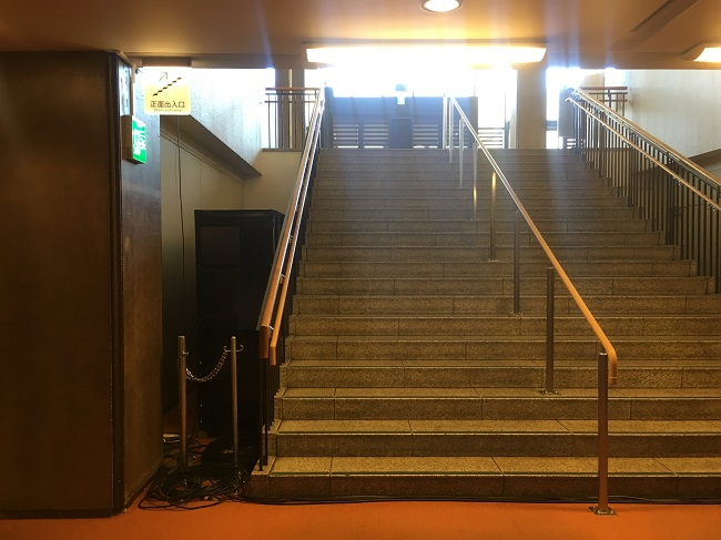 ホール入ってすぐ、1階へ降りる階段で囲み取材