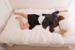 社会人の8割「仕事中に眠気を感じる」