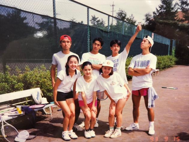 大学時代の鈴木(前列中央)と、代表の進藤均(後列右端)。彼は同じサークルに所属する仲間のひとり。
