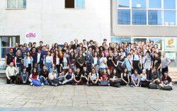 今年は80名の学生が入学。9月の入学オリエンテーション時、新入生と講師と