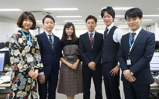 久しぶりに東京に戻ってきた川畑(中央)。同じチームの仲間たちと