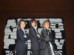 慶應義塾高校時代、後夜祭MC仲間と芦川(左)。帰宅部として遊びに精をだしていました