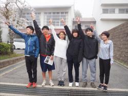 入社当時の小林(中央)、久保(右端)、沢村(右から2番目)