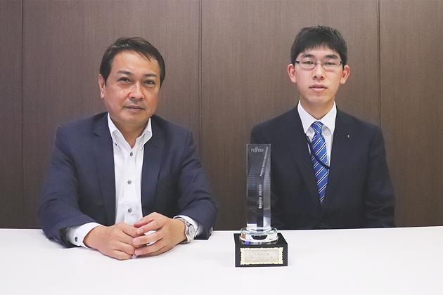 「品質特別賞」のトロフィーを前に。(左から)株式会社レヴェル代表取締役の夏栗修一社長、教育研修担当の梅木貴寛氏