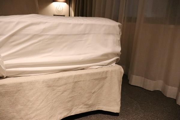 上がベッドマットレス、下がベッドの脚部分。この分厚さです。