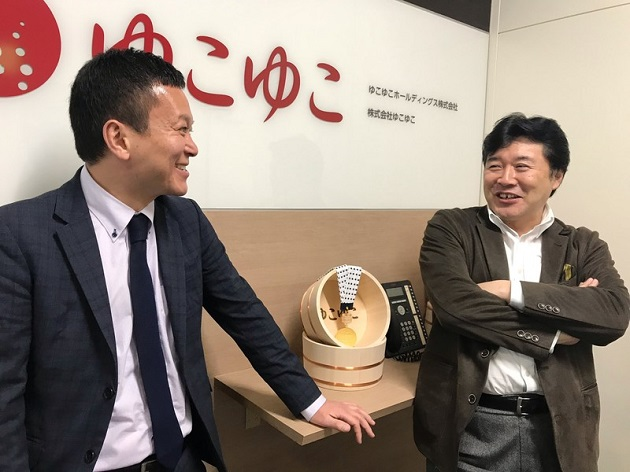 秋吉伸夫(左)、鈴木哲郎(右)
