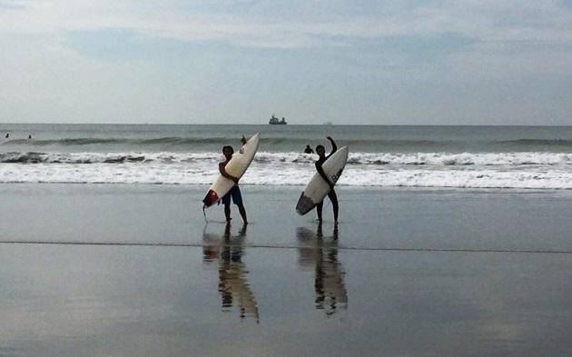 和歌山県和歌山市磯の浦海水浴場で友人とサーフィンを楽しむ濵野(右)