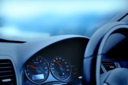 「高齢者は運転免許を返納すべき」社会人の約8割