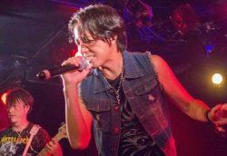 バンドではボーカルを務め、率先してチャリティ活動を続ける。