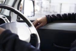 ブレーキとアクセルの踏み間違い経験、高齢者より若者の方が多い?