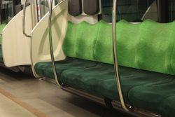 電車で自分だけ一目散に座る彼氏ってどう?