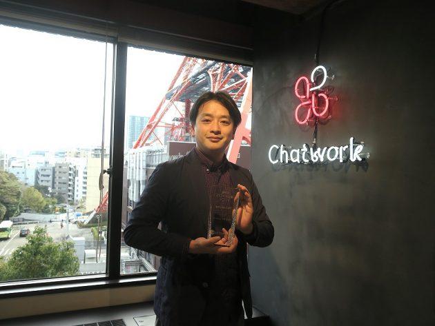チャットワーク_受賞トロフィーと記念撮影