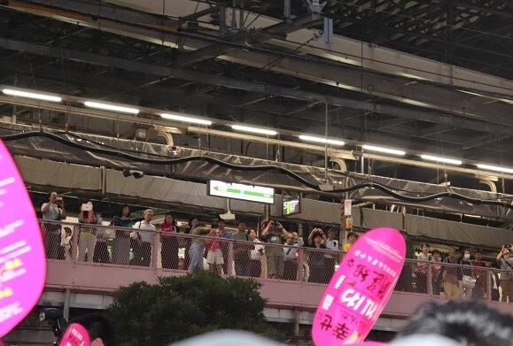 新橋駅から演説を見守る人々