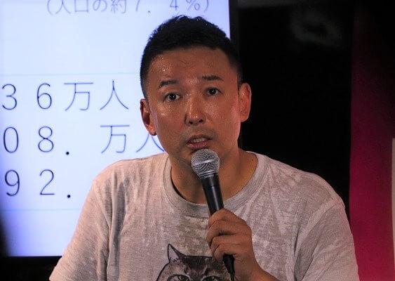 演説する山本氏