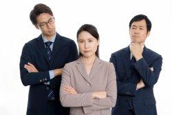 融通のきかない企業で働く社員から不満の声が相次いだ
