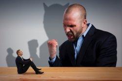 コミュニケーション能力が無く、一方的に捲し立てる上司。